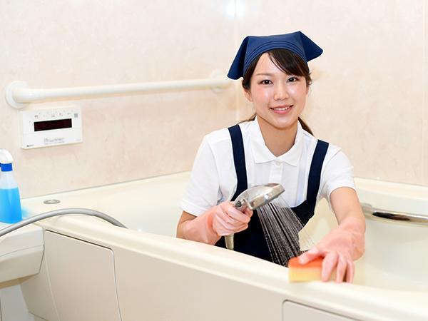 バスルームを掃除する女性